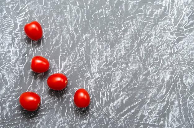 チェリートマトは明るくジューシーでグレーに熟している