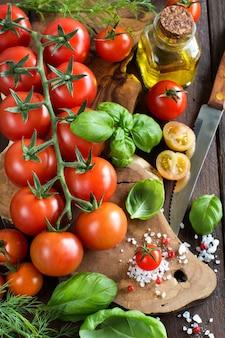체리 토마토, 바질, 올리브 오일 나무 테이블에
