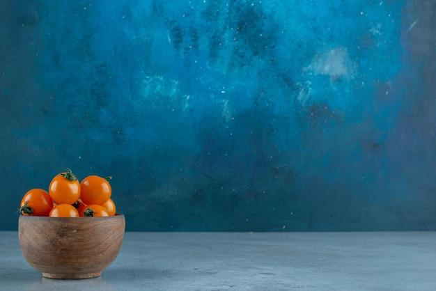 青のカップにチェリートマト。