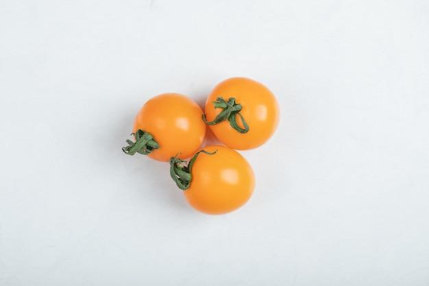 Pomodorini isolati su sfondo bianco. pera gialla, pomodorini caramellati di iside. foto di alta qualità