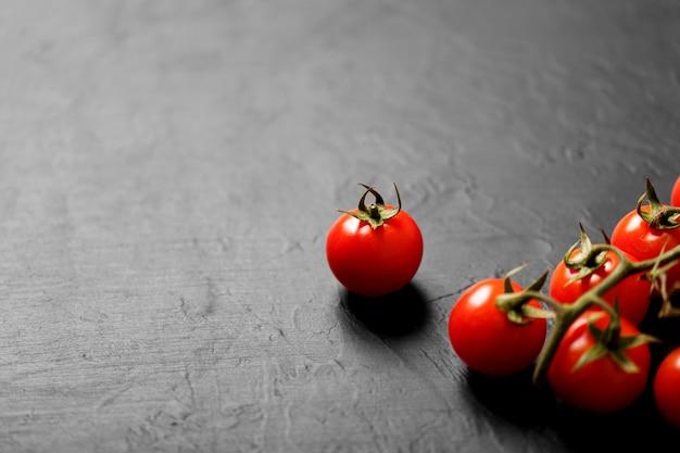 검정색 배경, 평면도에 체리 토마토.