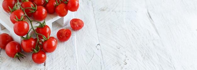 白い木製のタブの上のチェリートマトがクローズアップ
