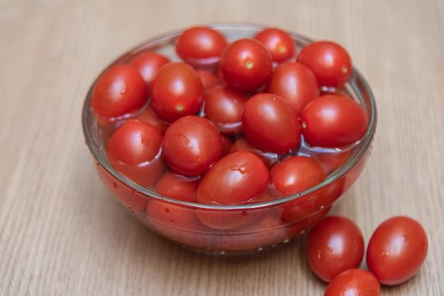 テーブルの上のチェリートマト