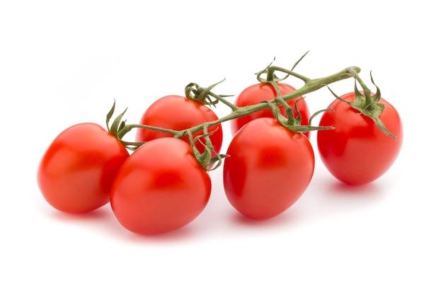 Помидоры черри. три помидора черри на белом фоне.