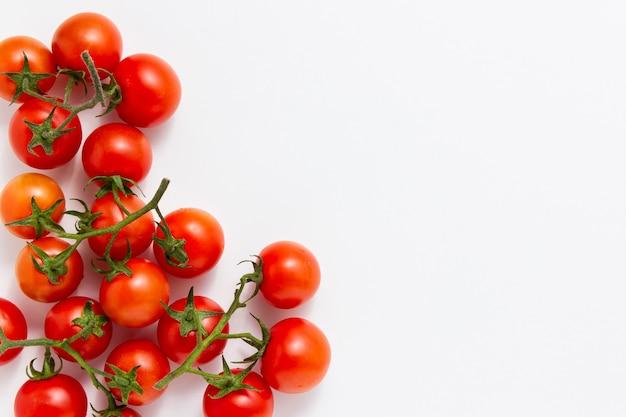 Помидоры черри с копией пространства на белом фоне. вид сверху свежих овощей.