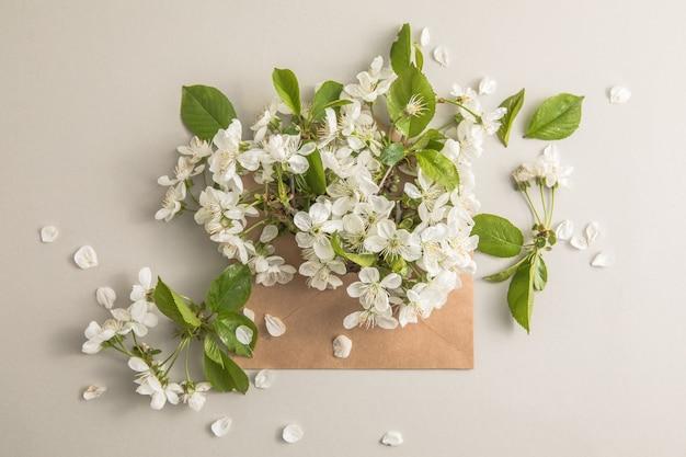 封筒の中に桜の白い花の花束。