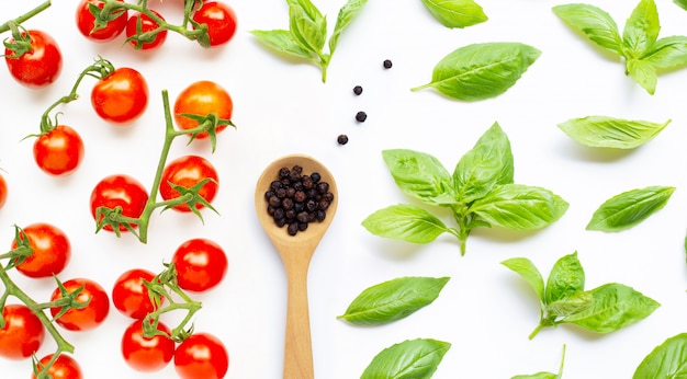 新鮮なチェリートマトと黒胡cherryとバジルの葉。上面図