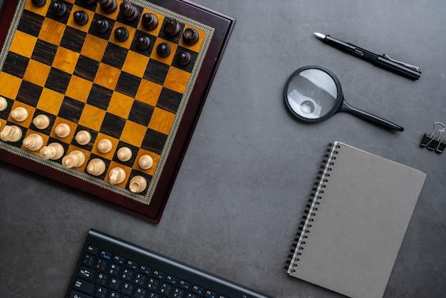 Шахматная доска и канцелярские товары