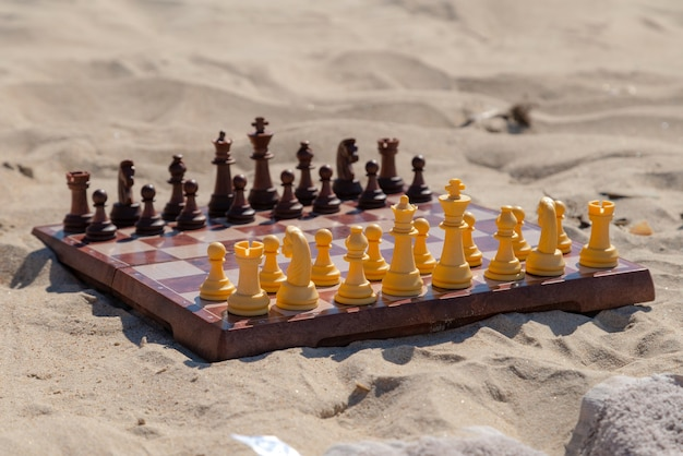 Шахматная доска на песчаном пляже