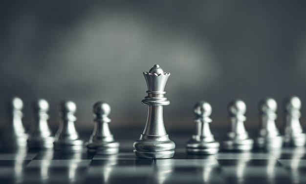 アイデアと競争と戦略、ビジネスの成功の概念のためのチェスボードゲーム