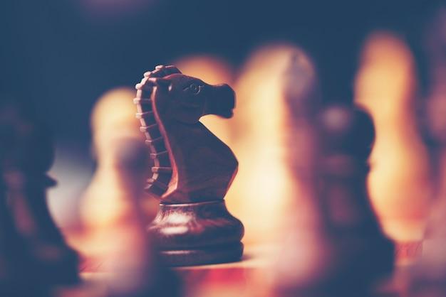 アイデアと競争と戦略、ビジネス成功の概念のためのチェスボードゲーム