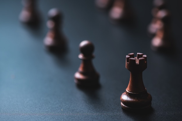 同僚のビジネスチームの概念とビジネスの成功の概念のためのチェスのボードゲーム