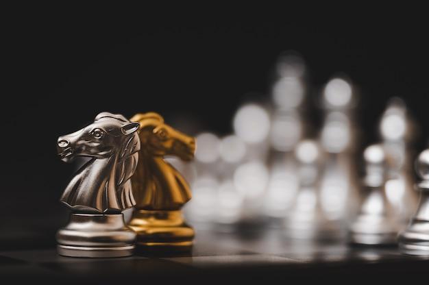 Шахматная настольная игра золотого и серебряного цвета