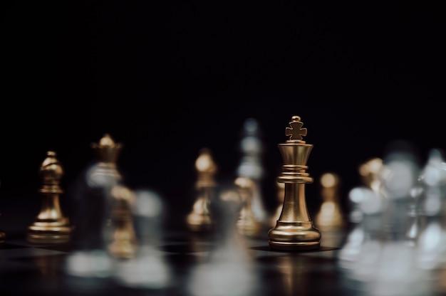 Игра в шахматы, планирование стратегии и концепция бизнеса конкуренции.