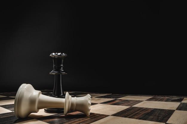 Шахматная доска с фигурами на темном фоне макроса