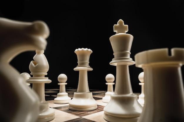 Шахматная доска с фигурами на темном фоне