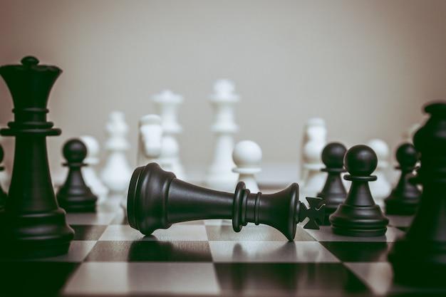 Шахматная доска с павшим королем, конец игры