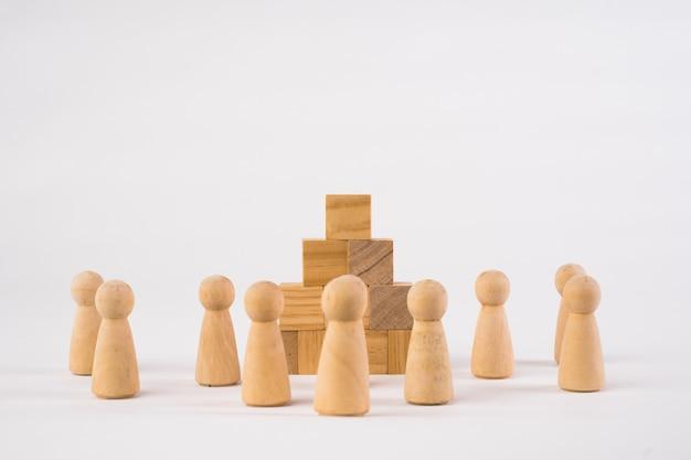 Шахматные фигуры и игрушечная деревянная лестница, концепция, символизирующая достижения, рост и успех.