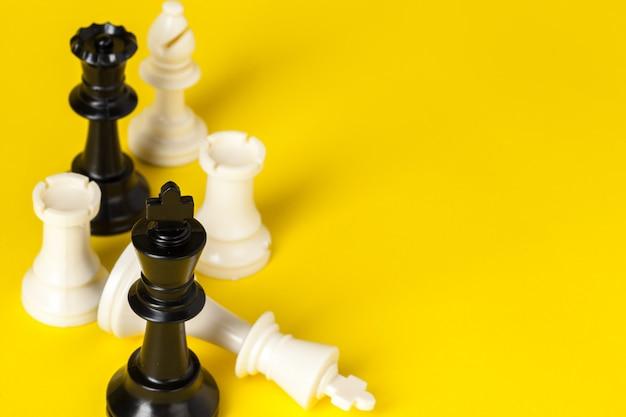 黄色の背景のチェスの数字トップビューコピースペース