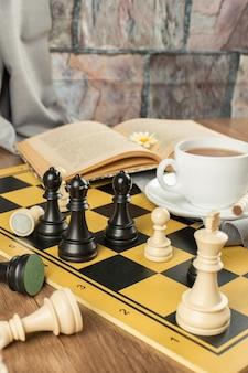 Posizione di figure di scacchi su una scacchiera