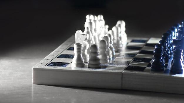 Игра в шахматы. абстрактная композиция шахматных фигур.