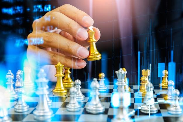 Игра в шахматы на шахматной доске за фоном деловой человек. бизнес-концепция для представления финансовой информации и анализа маркетинговой стратегии. цель инвестирования в глобальную экономику и цифровую коммерцию.