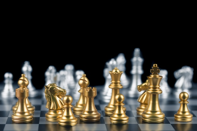 Игра в шахматы, установите доску в ожидании, чтобы играть как золотыми, так и серебряными