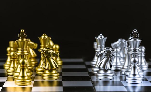 チェスゲーム、ボードを金と銀の両方のピースでプレイするのを待っています