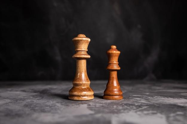 Шахматная игра двух королей на сером фоне