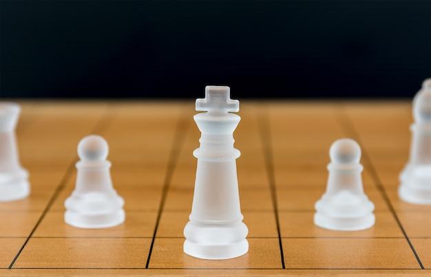 木製のチェス盤にチェスグラス
