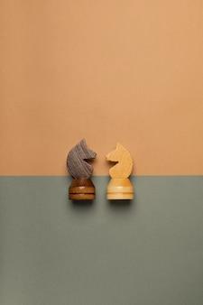 平らな背景の上面図のチェスの馬