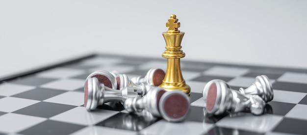 Фигурка шахматного короля выделяется из толпы