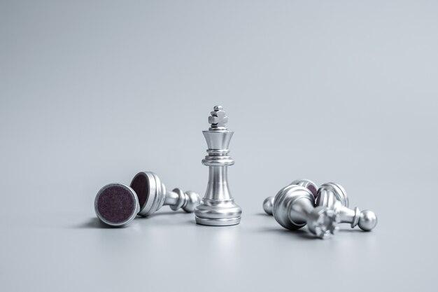 群衆の中から目立つチェスの王様