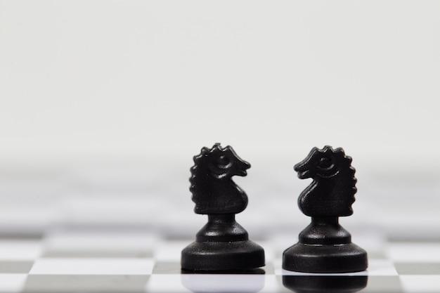 Шахматные фигуры рыцаря на шахматной доске крупным планом