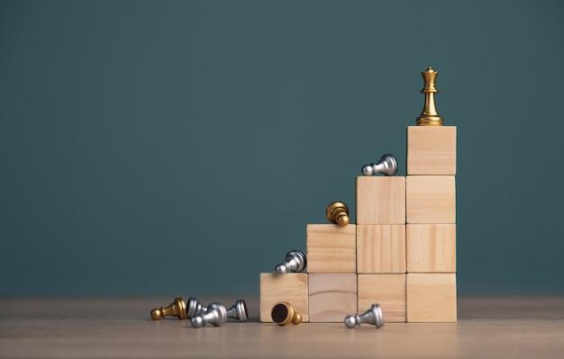 테이블에 나무 블록에 체스
