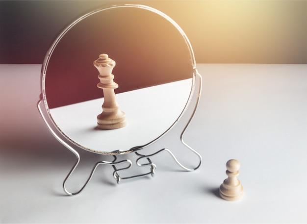 Шахматная пешка смотрит в зеркало и видит ферзя