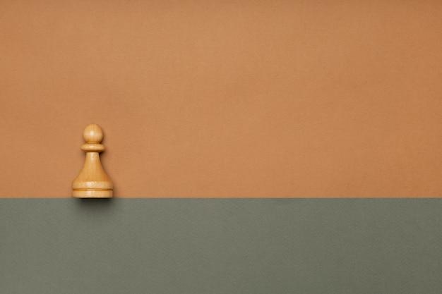 平らな背景の上面図のチェスのポーン