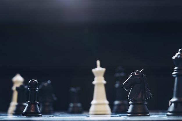 Шахматные пешки на шахматной доске с избирательным фокусом