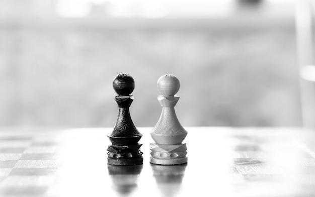Шахматная фигура пешка на доске на белом фоне