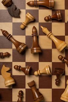 Шахматные фигуры хаотично разбросаны по шахматной доске