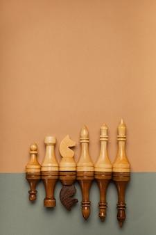 平らな背景の上面図に連続したチェスの駒