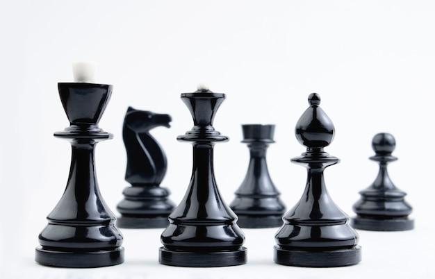 Шахматные фигуры на белом фоне