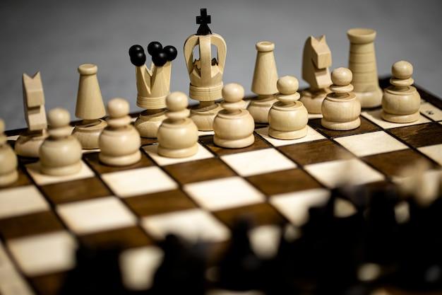 間違った初期位置にある船上のチェスの駒王は彼の独房にいません