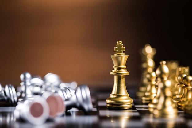 Шахматные фигуры на доске на столе