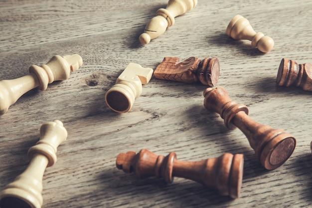 나무 테이블에 체스 조각