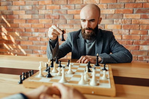 黒の数字を再生するチェスプレーヤー、女王の動き