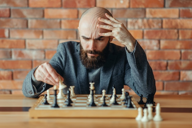 チェスプレイヤーは彼が負けたことを理解しました、チェックメイト
