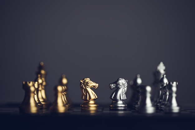 어두운 배경에 체스 보드에 체스 세트