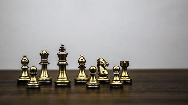 ボード上に立っているチェスチーム。