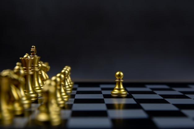 ラインから出てきたチェス。リーダーシップとビジネス戦略計画の概念。